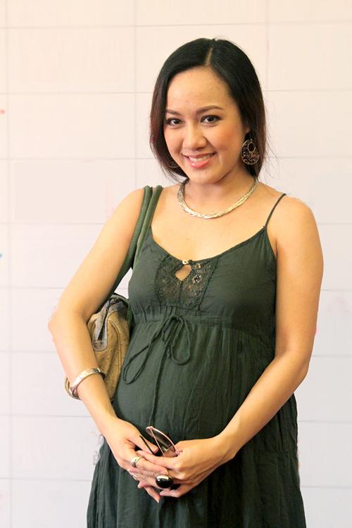 Cô đang mang thai tháng thứ 8 và rất mong đến ngày công chúa nhỏ chào đời. Hoài Anh chia sẻ, cô đã tăng hơn 10 kg nên thân hình hơi 'nặng nề'.