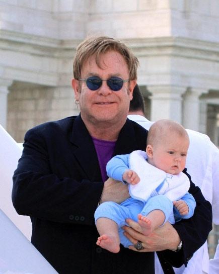 Ở tuổi 64, Elton lần đầu tiên có con.