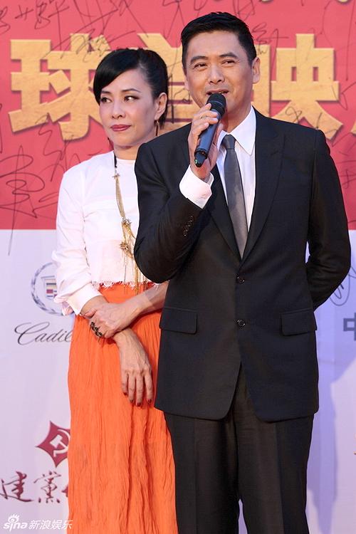 Tại buổi họp báo ra mắt 'Kiến đảng vĩ nghiệp' sáng 8/6, Châu Nhuận Phát tiếp tục sóng đôi bên vợ.