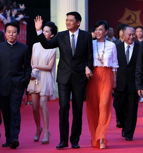 Trên thảm đỏ buổi ra mắt 'Kiến đảng vĩ nghiệp', đôi vợ chồng tay trong tay tình tứ.