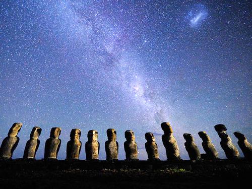 Đảo Easter, Moai nằm tách biệt với những tảng đá kỳ lạ gọi là moai, đứng canh giữ ngay giữa đảo.