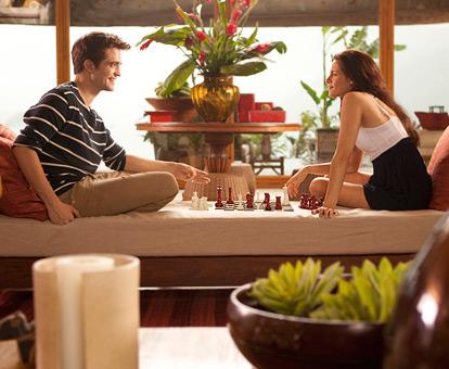 Đôi uyên ương chơi cờ cùng nhau.