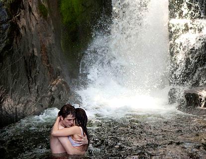 Đôi uyên ương đuổi nhau và say đắm trên thác nước trong kỳ nghỉ trăng mật.