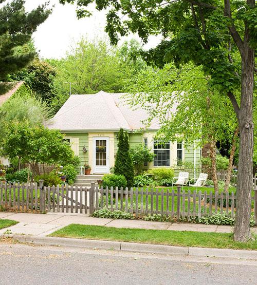 Căn nhà xinh xắn giữa vườn cây xanh tươi.