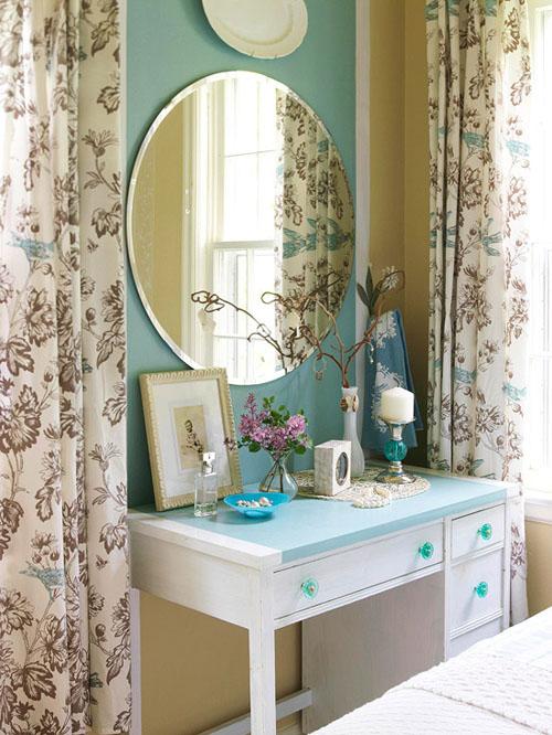 Rèm cửa họa tiết hoa lá với màu sắc nhã nhặn giúp căn phòng thêm duyên dáng.