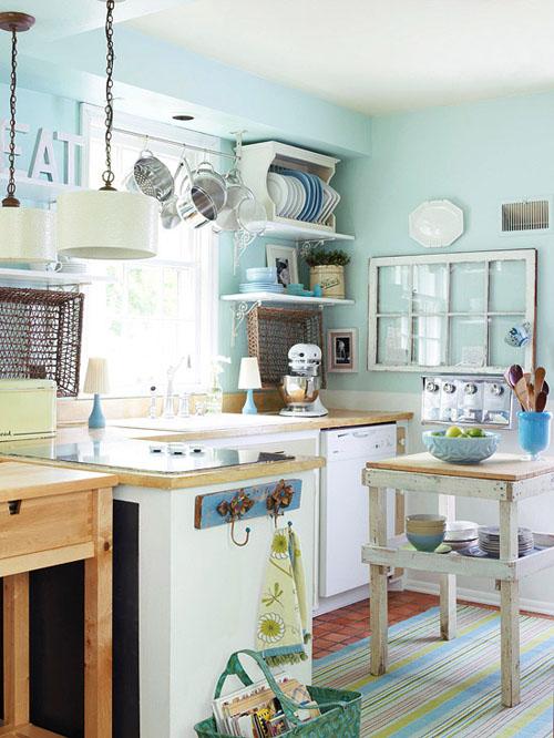 Căn bếp tuy rất nhiều đồ đạc nhưng vẫn tạo cảm giác dễ chịu với tông màu xanh lơ.