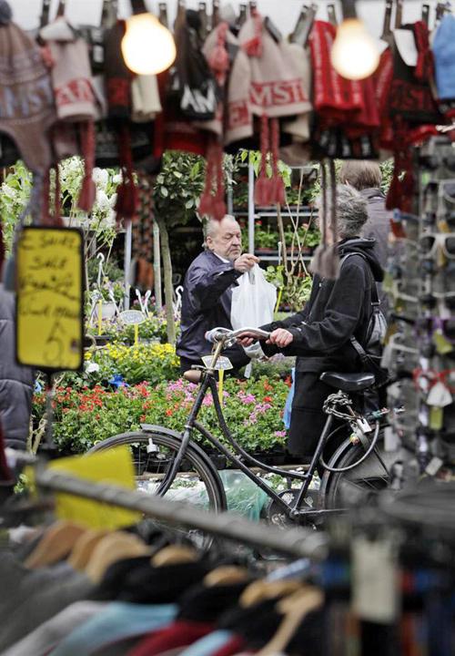 Ở Amsterdam có nhiều gian hàng nhỏ bán hoa và các loại cây.