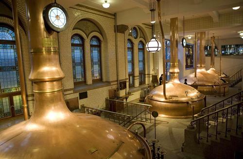 Khi tới Amsterdam, bạn nên ghé ghé thăm nhà máy sản xuất bia Heineken.