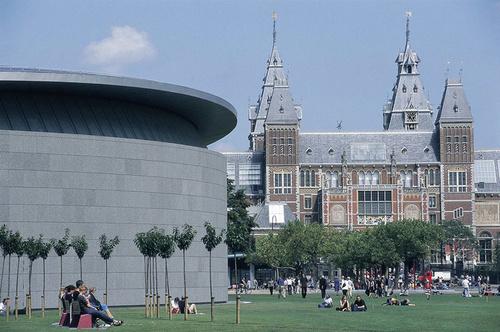 Ở Amsterdam có bốn bảo tàng lớn nằm gần nhau là bảo tàng Rijksmuseum, bảo tàng tranh Van Gogh Museum, bảo tàng Stedelijk và bảo tàng Diamond.