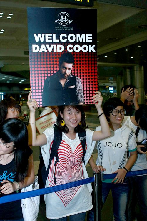 Mặc dù đã khuya, trời lại mưa nhưng rất đông bạn trẻ vẫn có mặt tại sân bay Nội Bài để chào đón Quán quân Americal Idol 2008 lần đầu đến Việt Nam biểu diễn. Họ hào hứng hô to tên David Cook và giơ những tấm poster đã chuẩn bị sẵn.