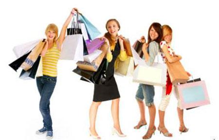 Mua sắm các mặt hàng giảm giá là phương thức lựa chọn của nhiều người trong thời bão giá.