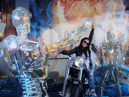 Nhật Kim Anh tạo dáng với chiếc mô tô trong loạt mô hình của phim 'Transpomer'.