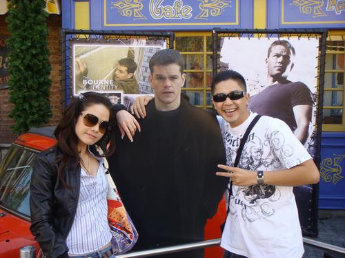 Người đẹp cùng bạn chụp ảnh với tài tử Matt Damon.
