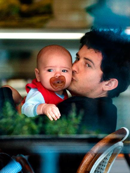 Orlando Bloom bên con trai 5 tháng tuổi.