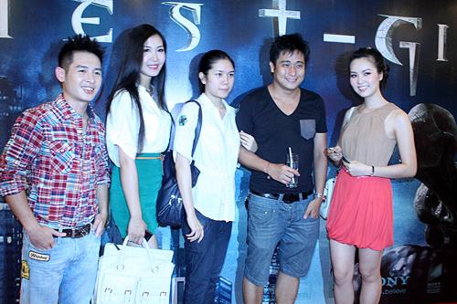 Đôi vợ chồng trẻ chụp ảnh cùng với nhiều gương mặt nổi tiếng khác tham gia sự kiện như ca sĩ Hoàng Hải, Á hậu Thùy Trang, Á hậu Thụy Vân.