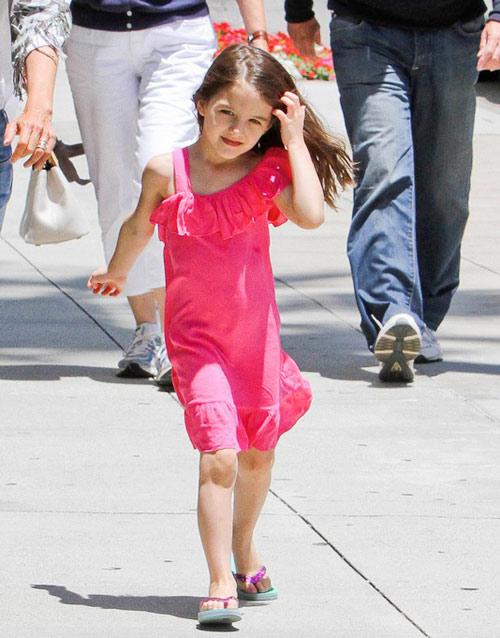 Cô bé nhảy nhót dưới nắng gió buổi trưa hè.