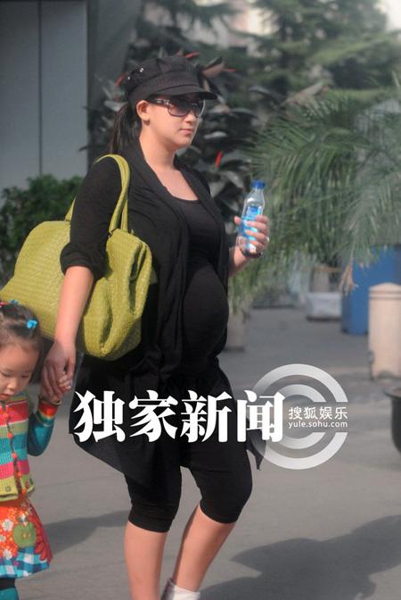Vợ Triệu Văn Trác, diễn viên Trương Đan Lộ bụng bầu đã ở giai đoạn cuối, vóc dáng cô khá mập mạp.
