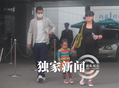 Triệu Văn Trác và vợ, nữ diễn viên Trương Đan Lộ và con gái lộ diện trước ống kính. Đây là một trong những lần hiếm hoi cả gia đình cùng lộ diện.