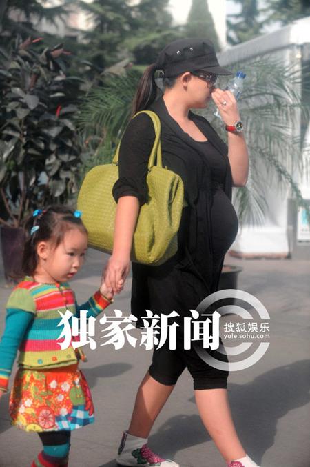 Con gái của Triệu Văn Trác, bé Triệu Tử Dương. Khuôn mặt cô bé có nhiều đường nét giống bố.