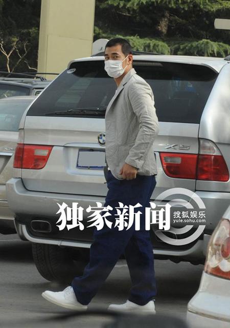 Phát hiện ra phóng viên chụp hình, nam diễn viên 'Thần y hiệp lữ' vội vã lên xe.