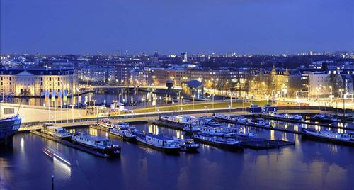 Cảng Amsterdam lung linh trong ánh đèn.
