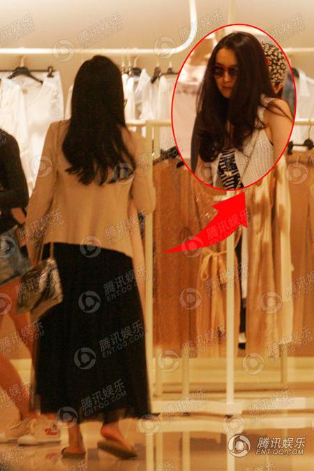 Vương Diễm cùng người đàn ông đi qua nhiều gian hàng để thử quần áo.