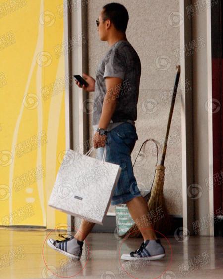 Người đàn ông đi cùng làm nhiệm vụ xách túi cho Vương Diễm. Trông anh khoảng chừng ngoài 30, vóc dáng cao lớn, đẹp trai.