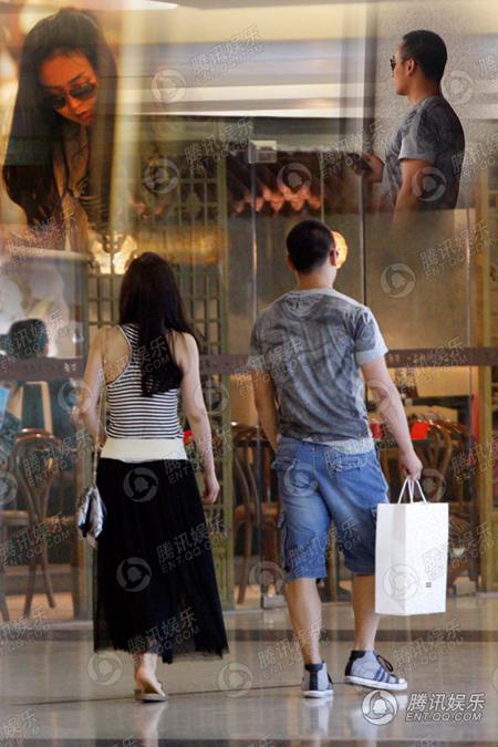 Chiều 14/6, Vương Diễm bị bắt gặp đi mua sắm cùng một người đàn ông trẻ trung, cao lớn. Ngoài sảnh, cả hai ý tứ đi xa nhau, tuy nhiên khi bước vào trong