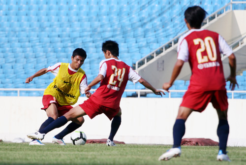 Các cầu thủ trẻ luyện tập rất hăng say.