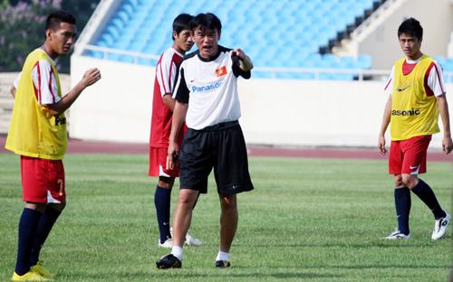 HLV Phan Thanh Hùng liên tục nhắc nhở các cầu thủ.