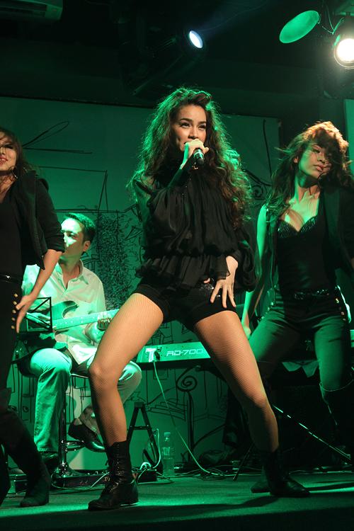 Tối qua, Hồ Ngọc Hà mở màn cho đêm nhạc tại The Rooftop bằng những vũ đạo bốc lửa, với hai ca khúc 'Thức tỉnh'.