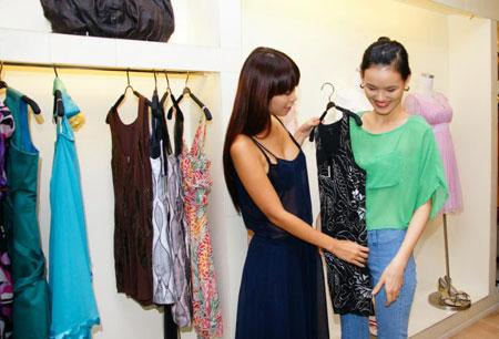 Hà Anh giúp Tuyết Lan chọn trang phục