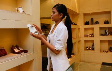 Á hậu Trương Thị May đang lựa giày phù hợp cho trang phục của mình