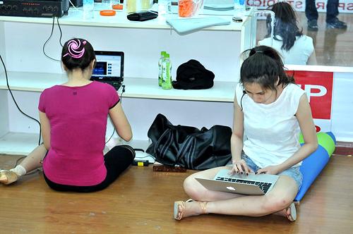 Tranh thủ thời gian nghỉ ngơi, Thanh Thúy và Thủy Tiên ngồi xem lại các bài thi trước của mình để rút kinh nghiệm.
