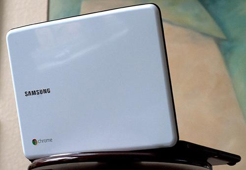 Samsung Series 5 thiết kế mảnh dẻ, cân đối với trọng lượng xấp xỉ 3 kg, gồm hai màu đen và trắng.