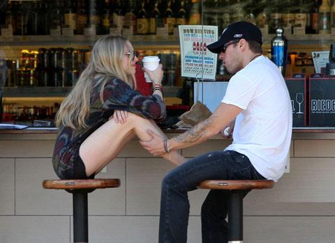 Ryan Phillippe là chồng cũ của Reese Witherspoon. Anh có hai con là Ava, 11 tuổi và Deacon, 7 tuổi. Đây cũng là anh chàng đào hoa của Hollywood khi bạn gái cũ Alexis Knapp của anh sắp sinh em bé. Gần đây hai người đã tuyên bố chia tay sau nhiều biến động trong mối quan hệ.