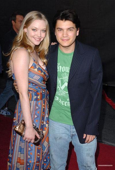Sau đó, Amanda hẹn hò với Emile Hirsch - nam diễn viên chính cùng đóng với cô trong phim Alpha Dog