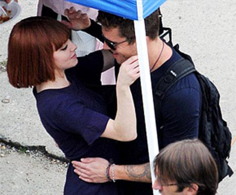 Sau đó một thời gian, người ta thấy Amanda âu yếm Ryan Phillippe khi anh chàng đến thăm cô tại trường quay