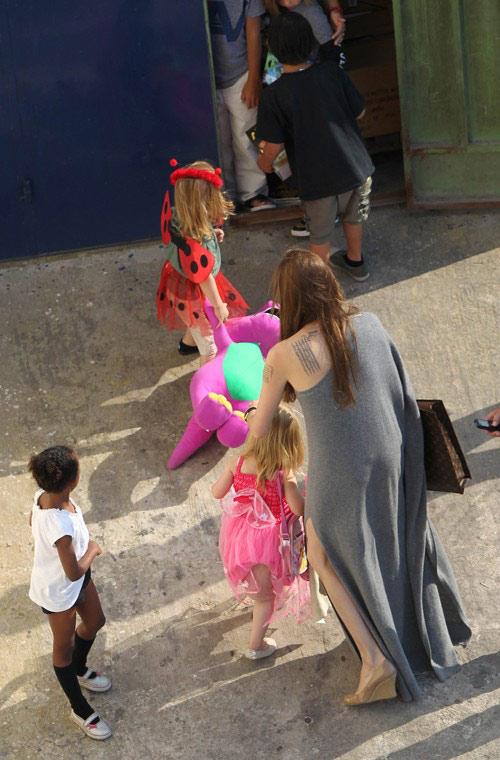 Cả nhà Jolie tới quốc gia nằm trong vùng Địa Trung Hải từ cuối tuần trước.