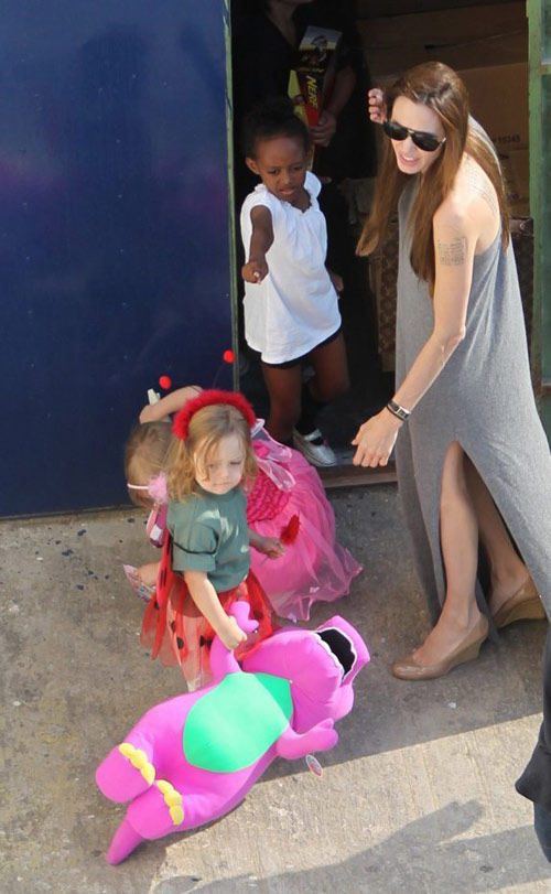 Jolie diện chiếc váy rộng thùng thình, ở bên giám sát đàn con nhỏ.