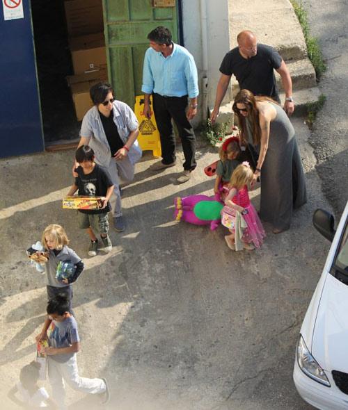 Angelina Jolie - Maddox, 9, Pax, 7, Zahara, 6, Shiloh, 5, Knox and Vivienne