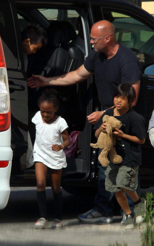Là con của cặp minh tinh hàng đầu Hollywood, các bé được đi khắp nơi trên thế giới cùng bố mẹ.