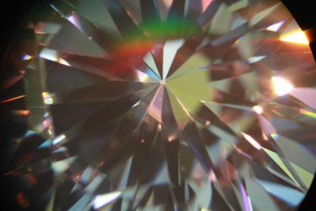 Kim cương nhân tạo 16 mũi tên của Ngọc Long Châu nhìn qua kính chuyên dụng.