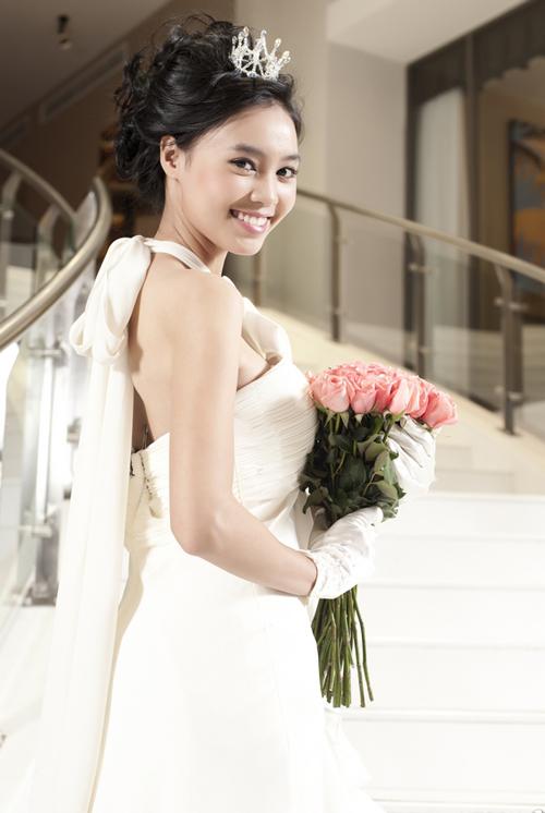 Cô liên tục nhận được lời mời làm mẫu ảnh và tham dự nhiều sự kiện quan trọng của làng giải trí.
