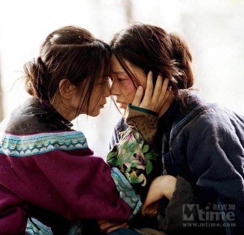 'Tuyết Hoa và cây quạt bí mật' nói về mối quan hệ 'lão đồng' của hai cô gái, họ dùng ngôn ngữ bí mật viết trên cây quạt để tâm tình với nhau và sẻ chia những khổ đau trong cuộc sống.