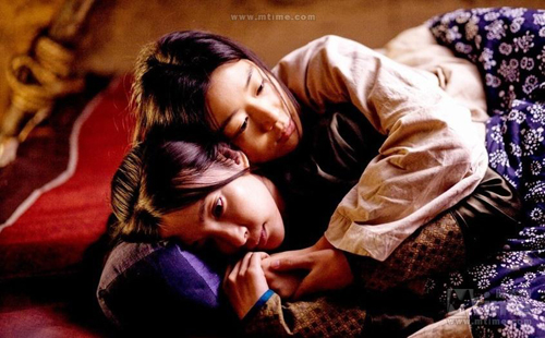 Việc hai cô gái ôm ấp nhau được cho là 'khó hiểu', nếu coi đây là mối quan hệ bạn bè.