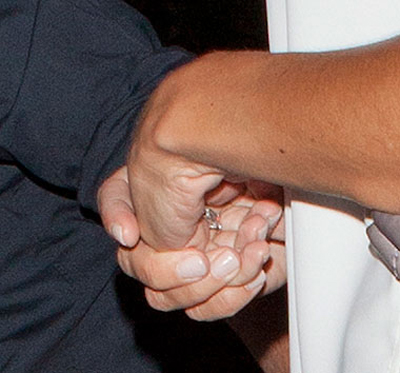 Chiếc nhẫn cầu hôn trên tay của Bleakley. Ảnh The Sun.