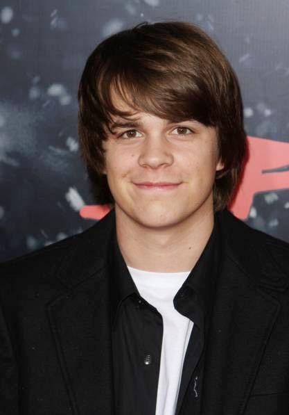 Johnny Simmons sinh năm 1986, đã tham gia gần chục bộ phim điện ảnh Hollywood nhưng chủ yếu là vai phụ.