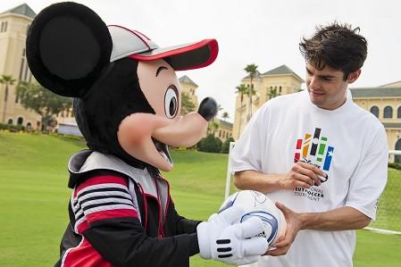 KaKa ký tặng chuột Mickey. Ảnh: 101GG.