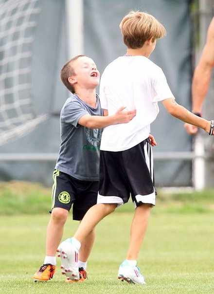 Romeo và em trai Cruz được bố đưa tới sân bóng chơi hôm 16/6.